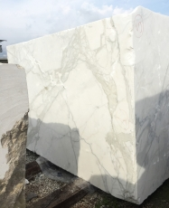 Supply rough blocks 177 cm in natural marble CALACATTA ORO EXTRA 2628. Detail image pictures